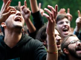 Group singing | Photo Shutterstock