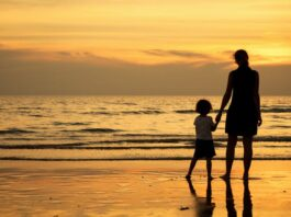 Mother and child at sunset on the beach | Photo: Shutterstock