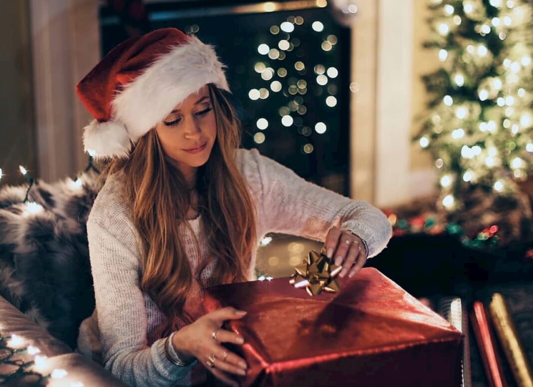 Christmas gift | Image: https://www.pxfuel.com/en/free-photo-emffc